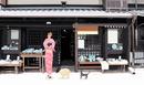 京都のお店から出てくる着物姿の女の子