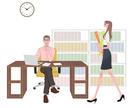 書類を持ってオフィスを歩く女性とデスクで仕事する男性
