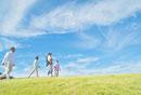 丘を歩く日本人三世代家族