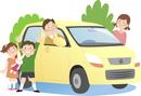 ドライブに出かける4人家族と背景に木