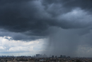 ゲリラ豪雨を浴びる新宿高層ビル群(横)