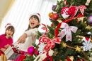 クリスマスツリーを飾って遊ぶ姉妹