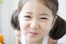 白いノースリーブを着て笑う女の子のアップ