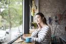 カフェでパソコンを開いてる女性