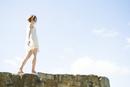 岩の上を歩いている女性