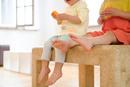 ベンチに座っている子供たちの足