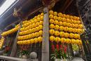 台湾 龍山寺 外壁に連なる提灯