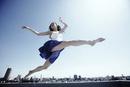 空高く飛ぶ若い女性
