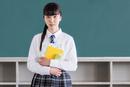 教室で佇む女子中学生