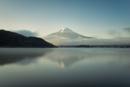 河口湖より望む朝日を浴びる富士山と逆さ富士