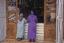 マラケシュ メディナのクリーニング店で語る女性