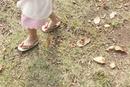 落ち葉のある道を草履で歩く女の子