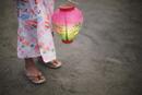 浴衣姿で提灯を持つ女の子の足