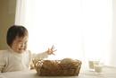 食卓のパンを見て喜ぶ赤ちゃん