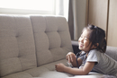聴診器をつけて窓の外を見て笑う女の子