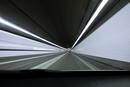 走行中の車から見たトンネル内の景色
