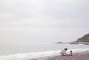 海岸で一緒に遊んでいる母親と子供