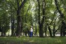 森の中に佇む女性