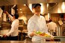 レストランの厨房で働く女性