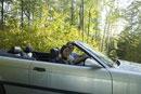 車を運転する白人男性と日本人女性