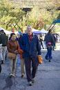 市場を歩く白人男性