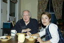 食事をする白人のおじいさんと日本人女性