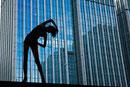 ストレッチをする女性のシルエット