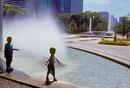 噴水の前に立つ2人の男の子