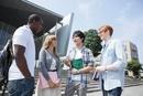 校舎の前で留学生と話す大学生