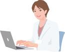 ノートパソコンを操作する白衣の女性