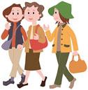 旅先で街歩きをする三人の中高年女性
