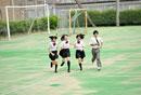 グラウンドを走る高校生四人
