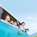 車から外を眺める家族