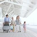旅行に出かける家族