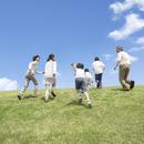 草原を走る日本人の三世代家族