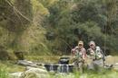 釣りをする2人のシニア男性