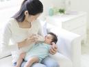 赤ちゃんにミルクを飲ませる母親