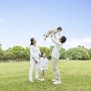 公園に立つ日本人家族