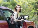 車に乗る日本人の女性