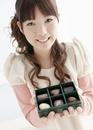 チョコレートを持つ若い女性