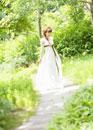 森を歩く新婦