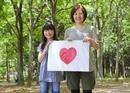ハートの絵を持つ母と娘