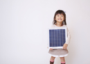 ソーラーパネルを持つ女の子