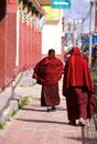 Ruoergai Grassland, Monks