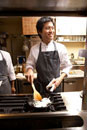厨房で料理を作る調理師