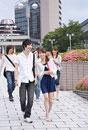 キャンパス内を歩く男女5人