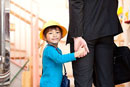 手を繋いで歩く父親と子供