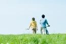 草原を歩くカップルの後姿