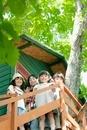 ツリーハウスで遊ぶ子供たち