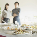 キッチンに並ぶパーティー料理とカップル